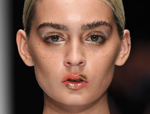 How to Wear Gold Eyeliner Like a Model