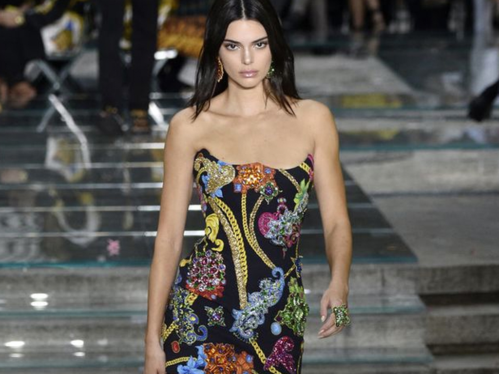 Kendall Jenner Walks Her First Runway in Five Months at Versace