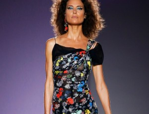 At Versace, 90s Supermodel Shalom Harlow Returns to the Runway