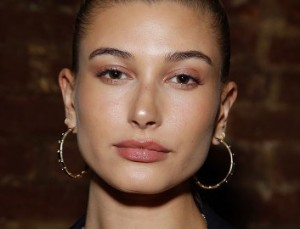 The Unique Way Hailey Baldwin Applies Her Foundation