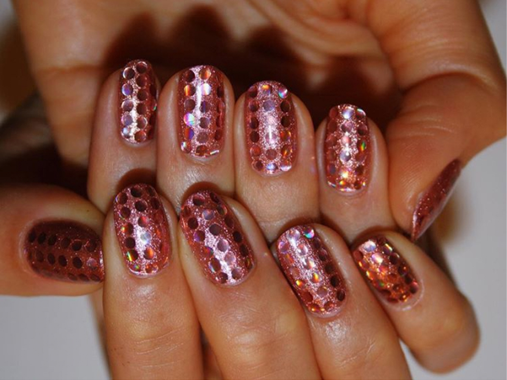 A Glitter Manicure Is The Perfect Summer Accessory