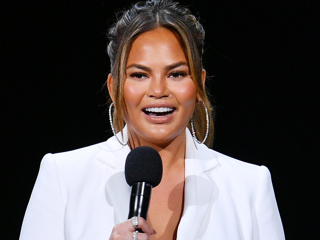 How to Give Your Foundation a Midday Refresh (According to Chrissy Teigen's Makeup Artist)