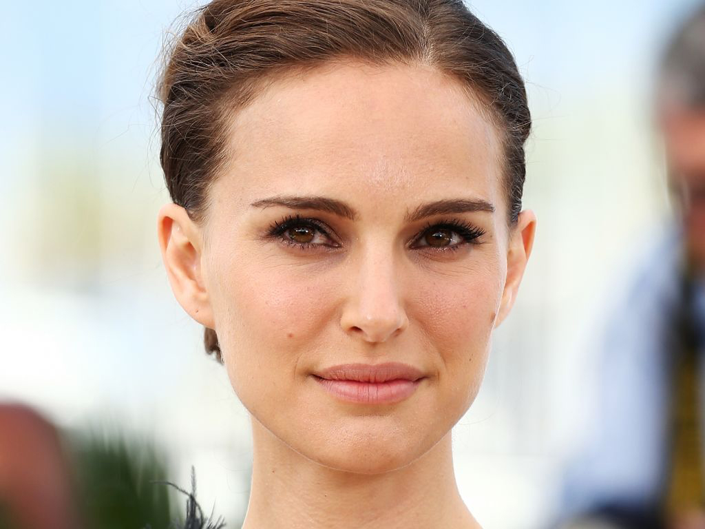 Natalie Portman Nails Summer Hair Color With Fresh Blonde Highlights